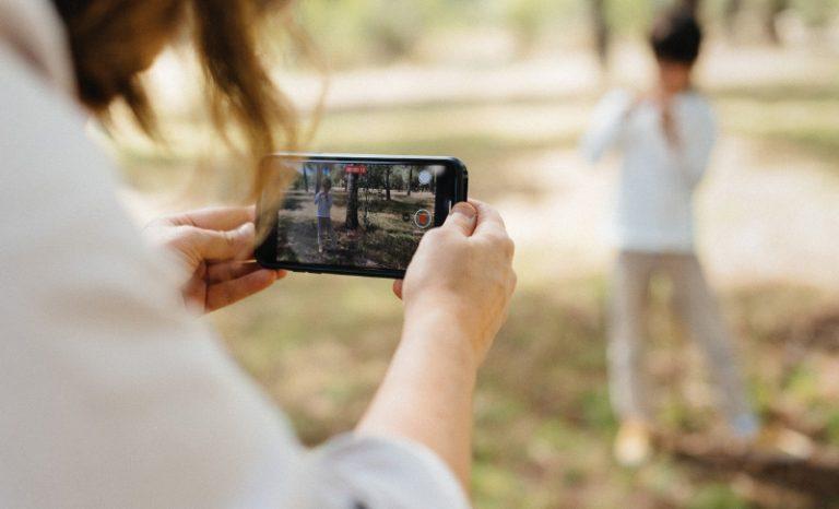 Imagen portada Cuentas de Instagram que inspirarán tus vídeos familiares con móvil